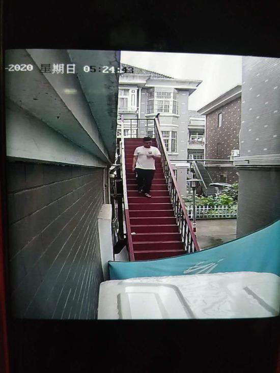 事发社区监控录像。余杭警方 供图