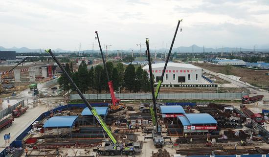 杭州西站枢纽施工现场众多吊车等在吊运材料。  王刚 摄