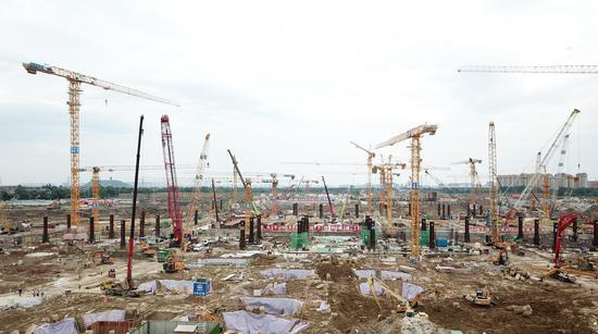 """杭州西站枢纽施工现场""""铁臂挥舞""""。  王刚 摄"""
