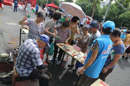 志愿者助销售。  越城宣传部提供