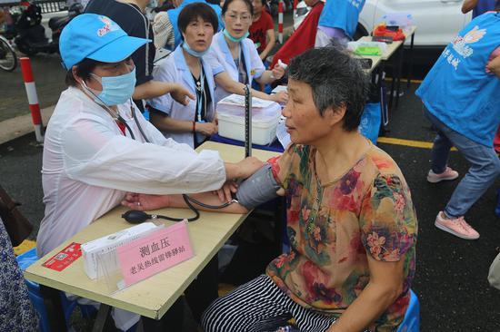 志愿者为老人测血压。  越城宣传部提供