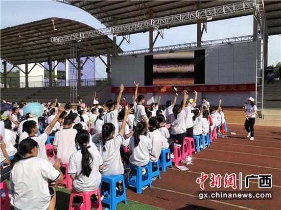 同学们踊跃举手回答问题。赵荣弋 摄
