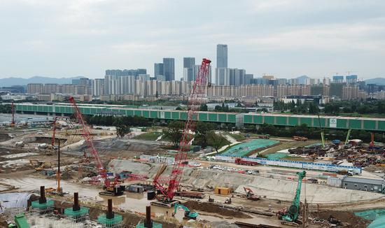 杭州西站施工现场的起重机在作业中。 王刚 摄
