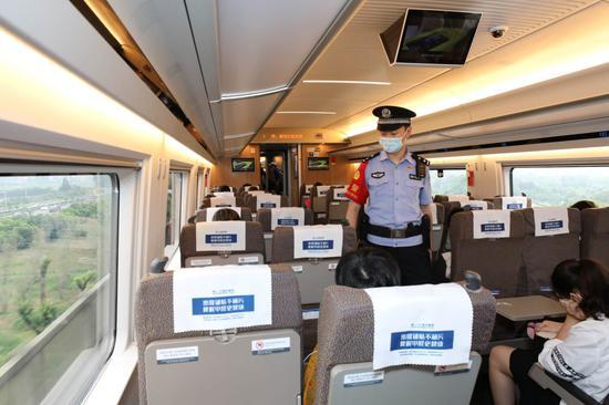 乘警列车巡逻。  杭州铁路公安处 供图