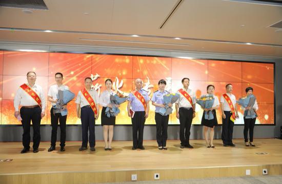 杭州市首次公务员集体荣退仪式现场。杭州市委组织部供图