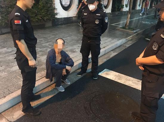 民警在路边找到老人。吴兴公安提供