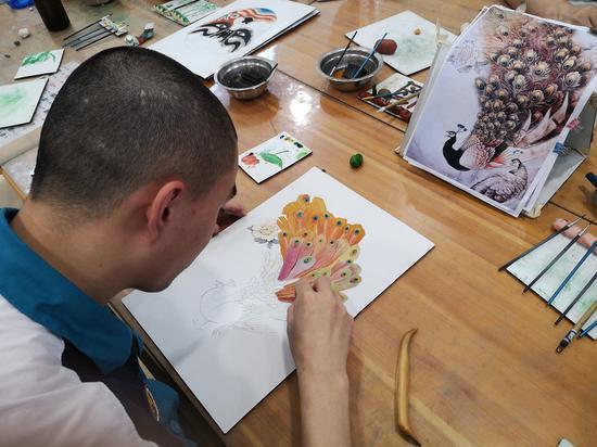 戒毒人员正在进行瓯塑作品创作。黄龙戒毒所供图