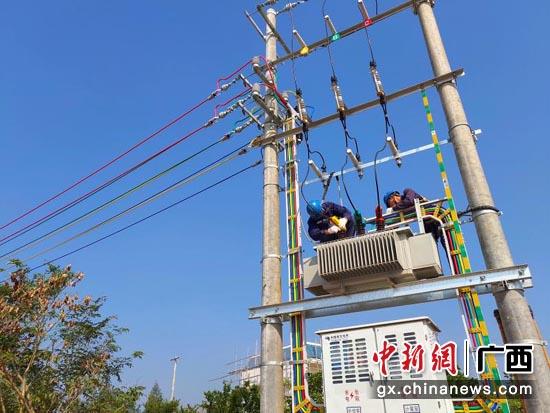 南方电网广西贵港供电局持续完善电网结构,为人民群众美好的小康生活提供坚强电力支撑。韦振宏 摄