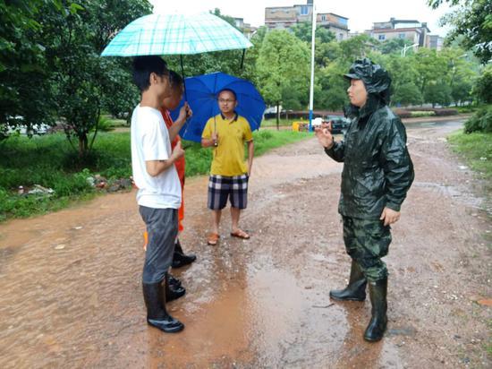 与地方救援力量协商任务划分。陈敏健 摄