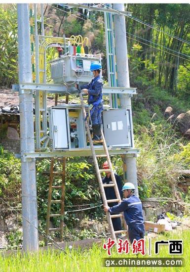 南方电网广西贵港供电局加速贫困地区电网改造升级,全面提升供电保障能力。余弦 摄