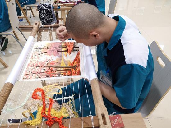 戒毒人员正在进行瓯绣作品创作。黄龙戒毒所供图