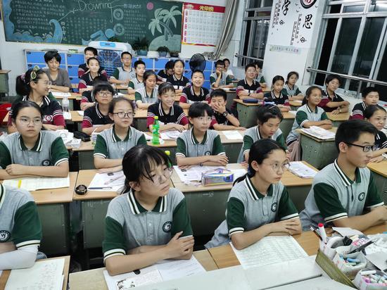 学校组织观看反诈直播。 金华市政法委供图