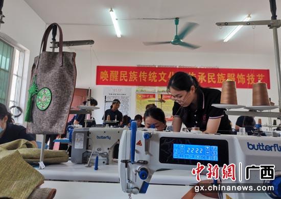 """""""非遗+扶贫""""壮衣工坊学员互相学习、交流 。"""