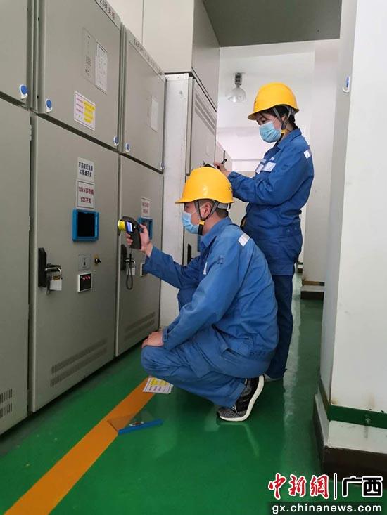 变电运行人员对变电设备进行测温。吴宗杰  摄