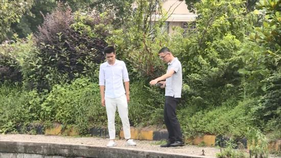 瑞安市府办工作人员翁宇翔和黄明亮正在飞云街道汇头村查看河道的保洁情况。 瑞安宣传部供图