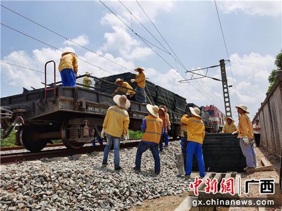 铁路职工在沿线工区卸栅栏。段晓良 摄