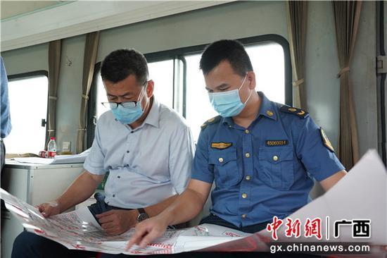 各部门在轨道车内核对整治项目 甘璐 摄