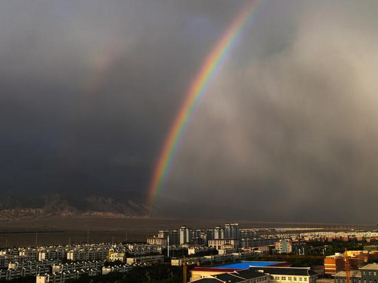 """新疆鐵門關市傍晚出現絕美""""雙彩虹"""""""