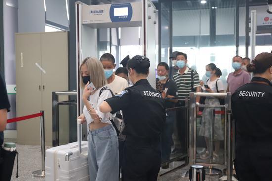 乘客进入余杭高铁站内。 胡晨琦 摄
