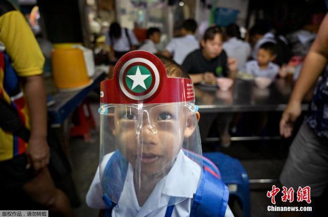 泰國學校全數恢復上課 學生戴面罩上課隔離用餐
