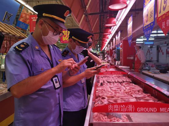 """嘉兴市区中山西路大润发生鲜柜台旁的""""浙冷链""""二维码。 嘉兴市市场监督管理局供图"""