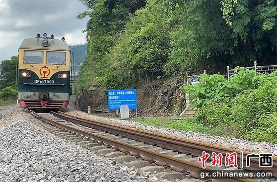 圖為24511次貨物列車駛向越南。鐘云鵬  攝