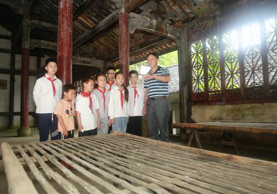 孩子们认真聆听革命历史 煤山镇提供