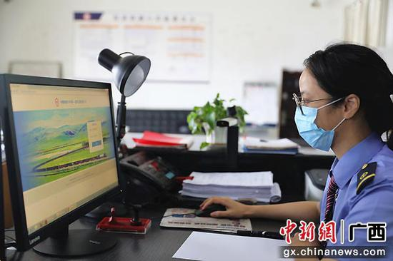 """圖為貨運計劃員正在使用數字口岸系統進行""""無紙化""""通關。劉雅琴  攝"""