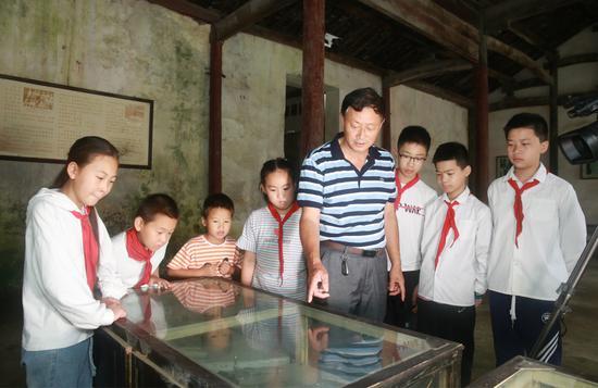 宣讲团成员为孩子们讲解革命历史 煤山镇提供