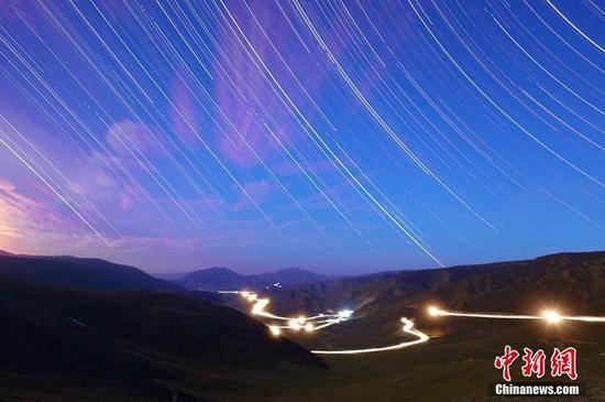 新疆原生態牧場進入閑牧期 夏日景觀色彩斑斕