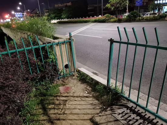 被破坏的道路塑钢隔离栏  德清公安提供