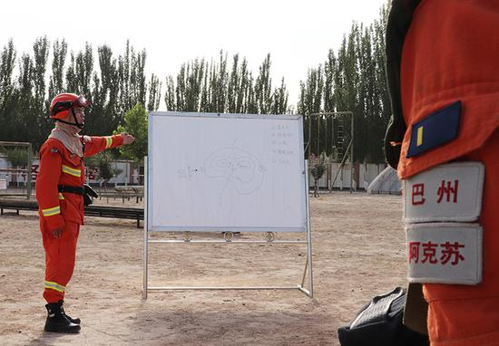 """以考促建:新疆巴州森林消防員無懼高溫""""烤""""驗"""
