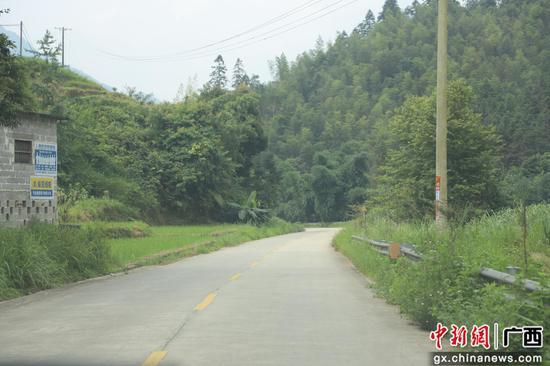 通往雨卜苗寨的水泥路。