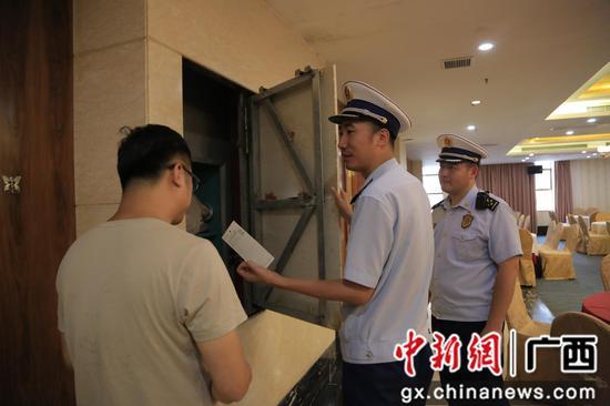 檢查柳江中學旁酒店消防設施。