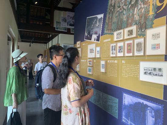"""图为游客在参观""""邮票上的中国世界遗产""""主题邮展 良管委供图"""