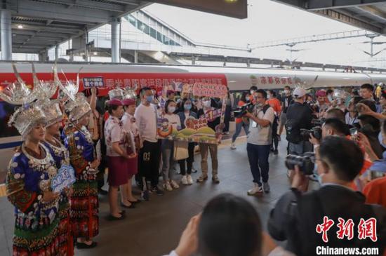 图为安六高铁开通运营,媒体现场报道。 岳旺 摄