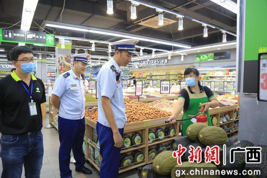 提問柳江中學旁超市員工滅火器使用方法。