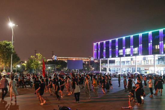 夜晚市民跳舞。赵炜 摄