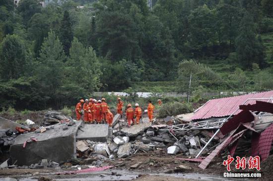 图为消防救援人员在现场展开救援。瞿宏伦 摄