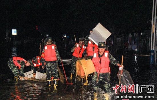 廣西柳州超警洪水退去 武警官兵連夜清淤