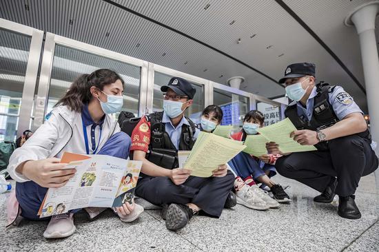 """新疆铁警安全护航""""内高班""""学生回家"""