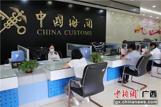 """贵港海关在广西率先启动保税仓库货物""""边进边出""""监管新模式"""