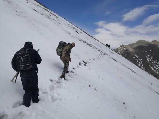 警民在新疆阿克苏海拔4000余米踏查中吉边境
