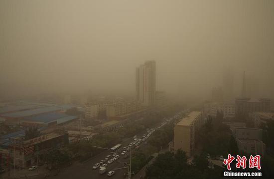 新疆库尔勒市天气突变 遭受入夏最强沙尘暴侵袭