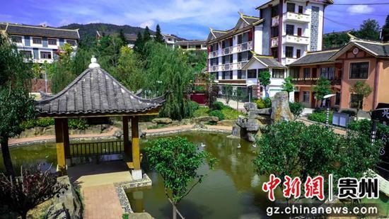 青山村美丽村貌一角  万飘阳 摄