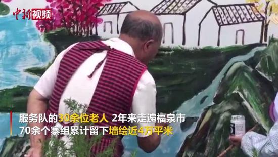 """澳门金沙网上平台老人""""组团""""为村民免费绘制墙画"""