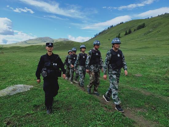 新疆沖乎爾邊境派出所巡邊小分隊爬山涉水來巡邊