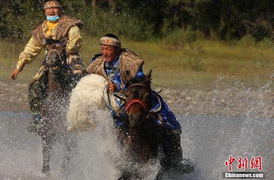 新疆昭蘇縣舉辦水中踏浪刁羊比賽 場面壯觀