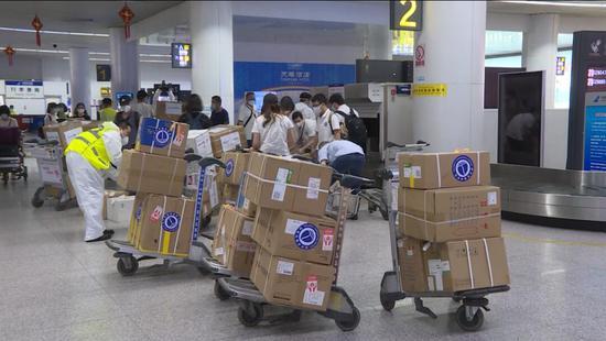 (抗擊新冠肺炎)湖北武漢援疆醫療隊順利抵達新疆烏魯木齊