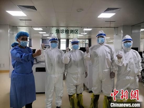 陕西援疆医疗队抵达新疆乌鲁木齐支援核酸检测